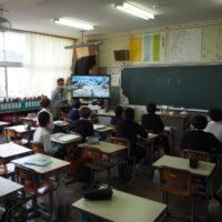 唐崎小学校での講義1